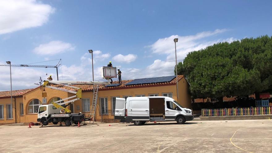 Pau instal·la plaques solars a l'escola per generar energia per l'autoconsum