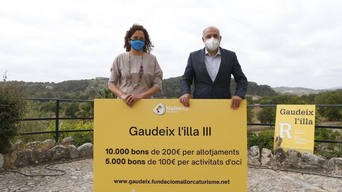 Catalina Cladera y Andreu Serra, hoy en Campanet presentando la iniciativa 'Gaudeix l'Illa'.