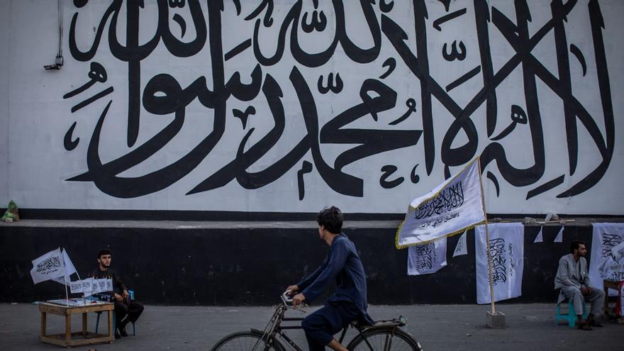 Diverses províncies de l'Afganistan prohibeixen als homes afaitar-se i a les dones tenir mòbils