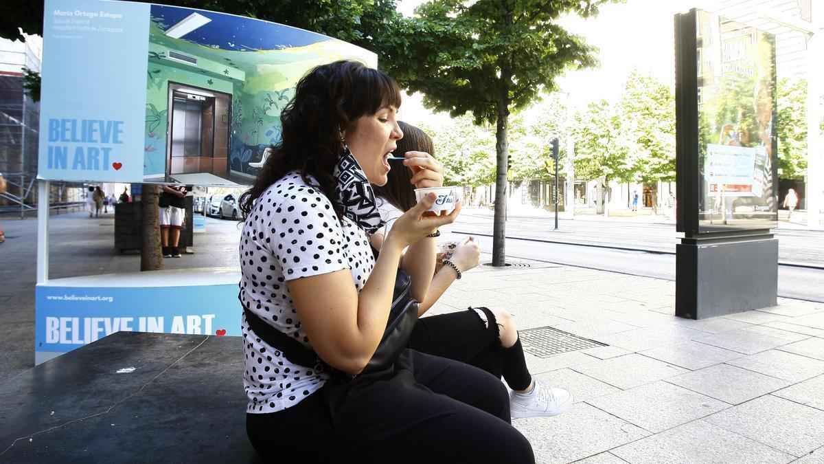 Unas jóvenes toman helados en Zaragoza, que ha registrado temperaturas superiores a los 35 grados la pasada quincena.