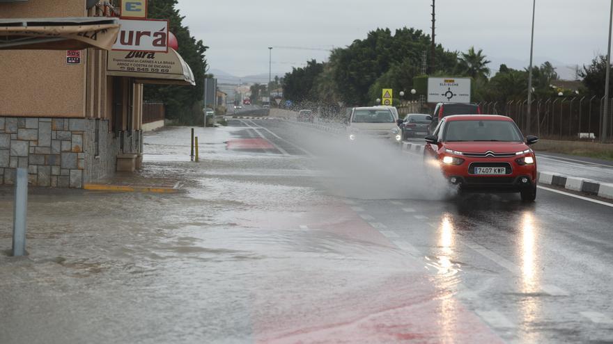 La carretera de Santa Pola, cortada por la lluvia