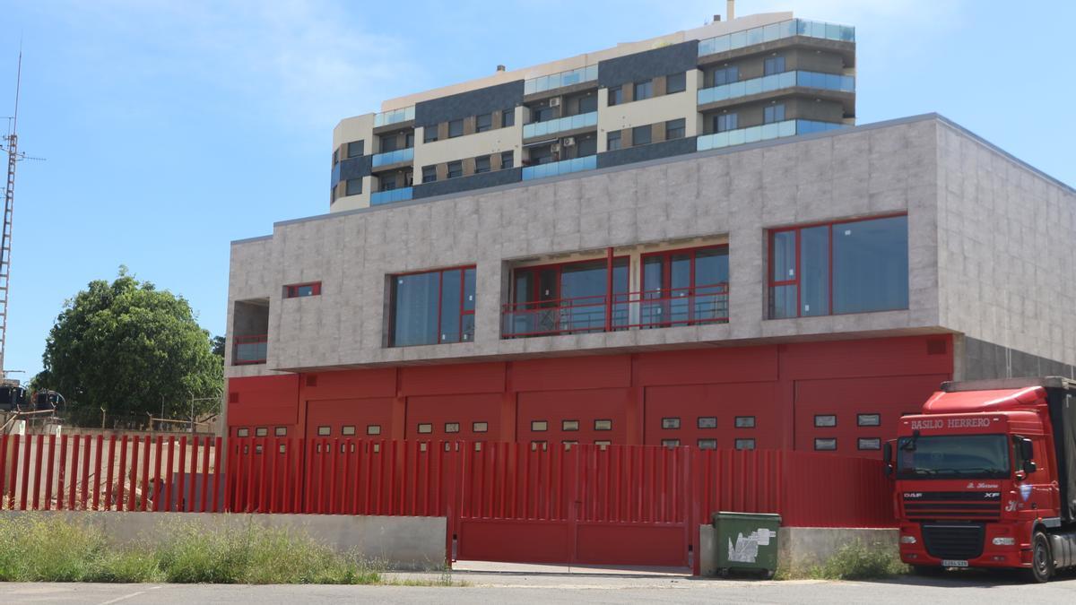 Estado del edificio que convertirán en la futura sede y base logística del centro provincial de emergencias.