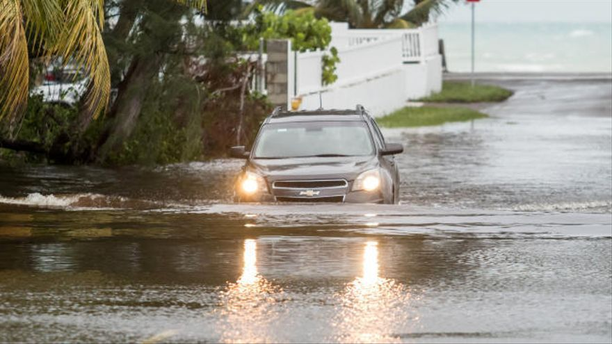 El huracán Dorian arrasa las Bahamas dejando cinco muertos y se dirige a Florida