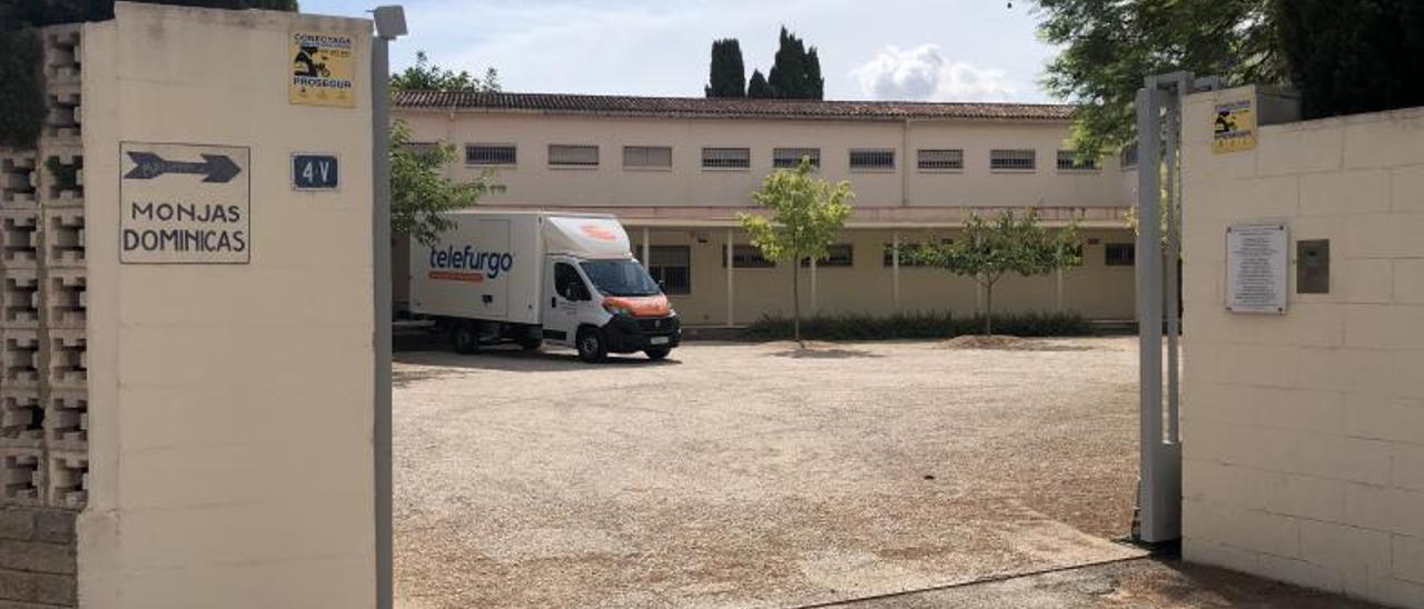Un vehículo de mudanza, ayer, en el interior del convento de las dominicas en Torrent.   SARA COBOS
