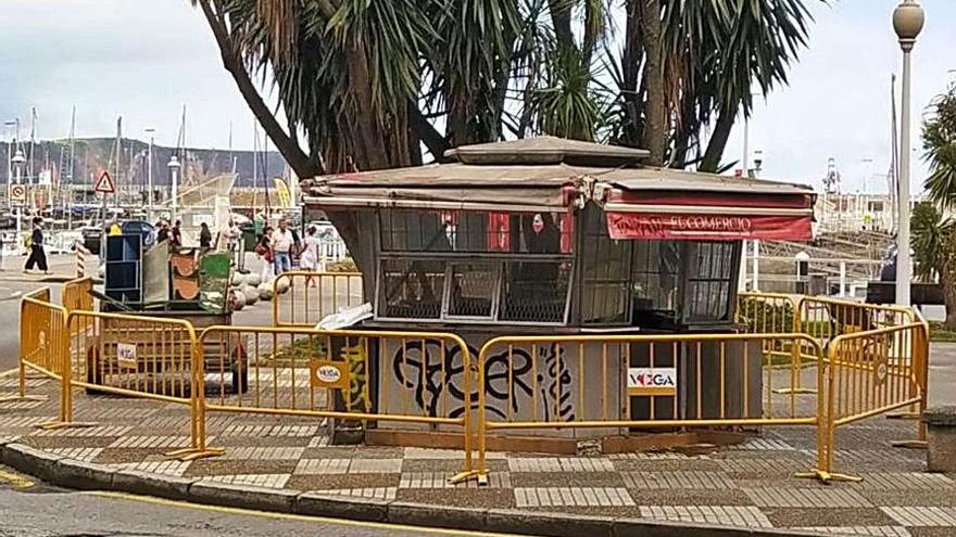 Empiezan los trabajos para desmantelar el kiosco de los Jardines de la Reina