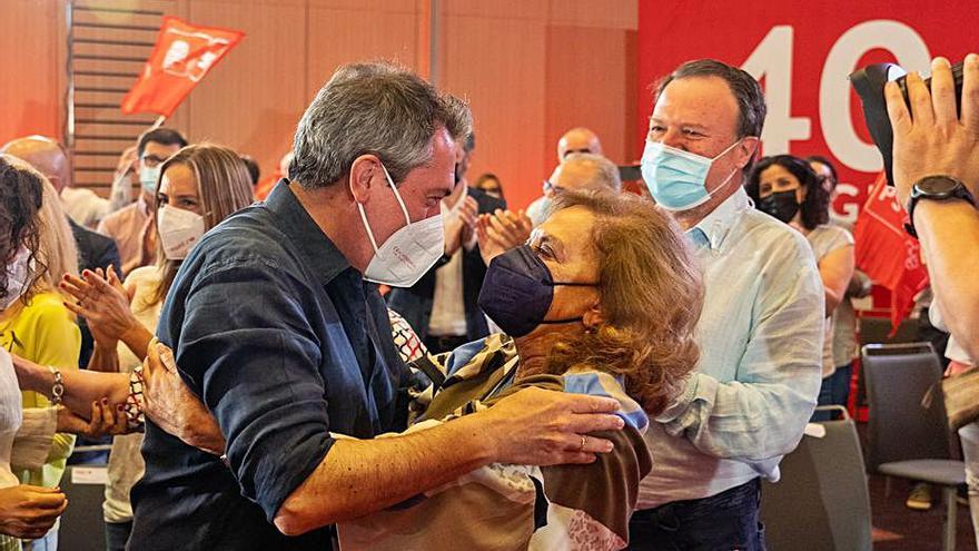 Juan Espadas escenifica su nuevo liderazgo ignorando a Susana Díaz