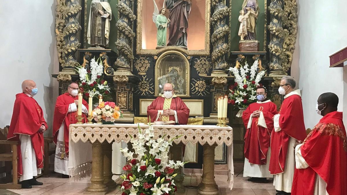 La iglesia acogió la misa concelebrada por seis sacerdotes y presidida por el párroco de Figueroles, Juanvi Vaquerizo.