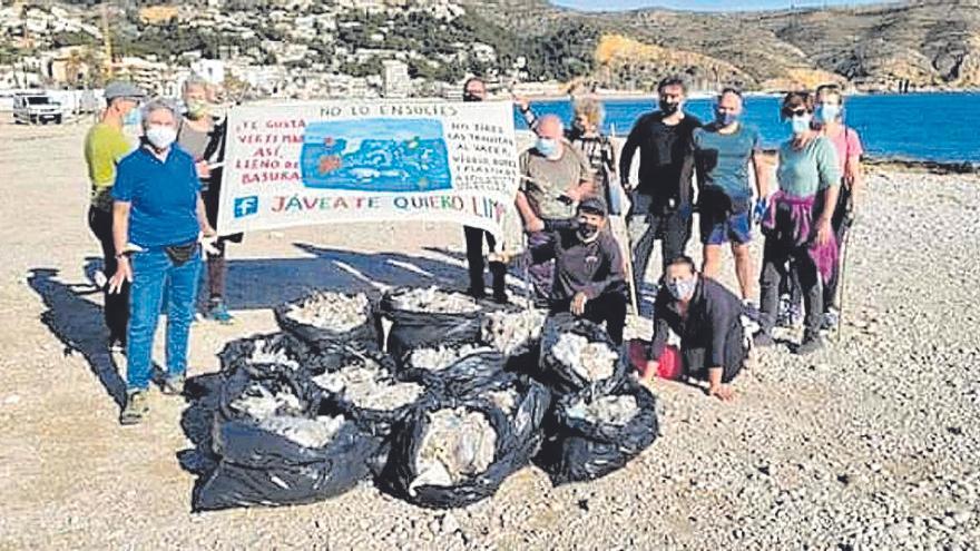 Voluntarios en Xàbia contra la epidemia de las toallitas