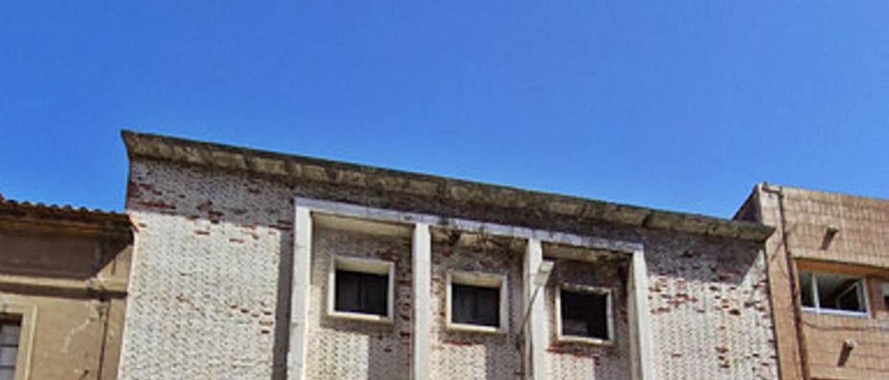 Fachada del antiguo Teatro Carmen, en la calle Mariano Suárez Pola de Luanco.