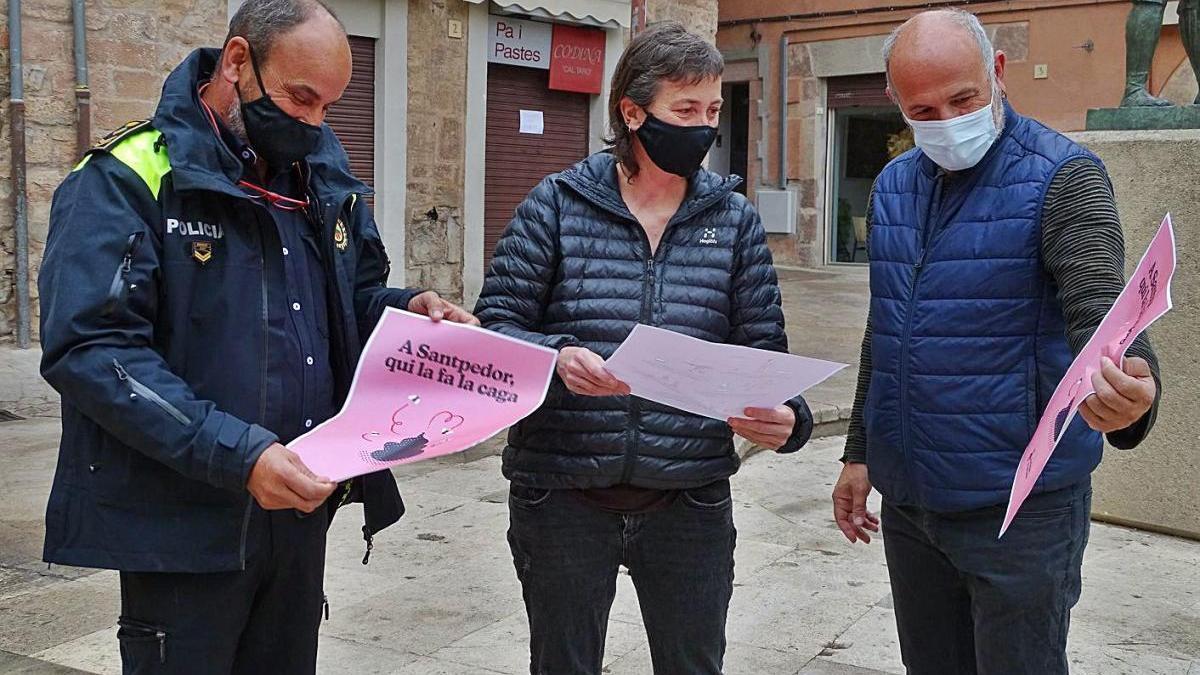 El cap de la Policia Local, Josep Vilaseca, la regidora Núria Martínez i l'alcalde Xavier Codina