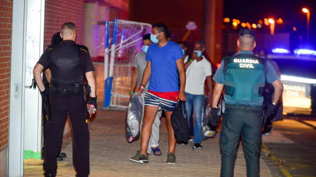 Un centenar de migrantes fueron trasladados anoche a un pabellón de Cabezo Beaza.