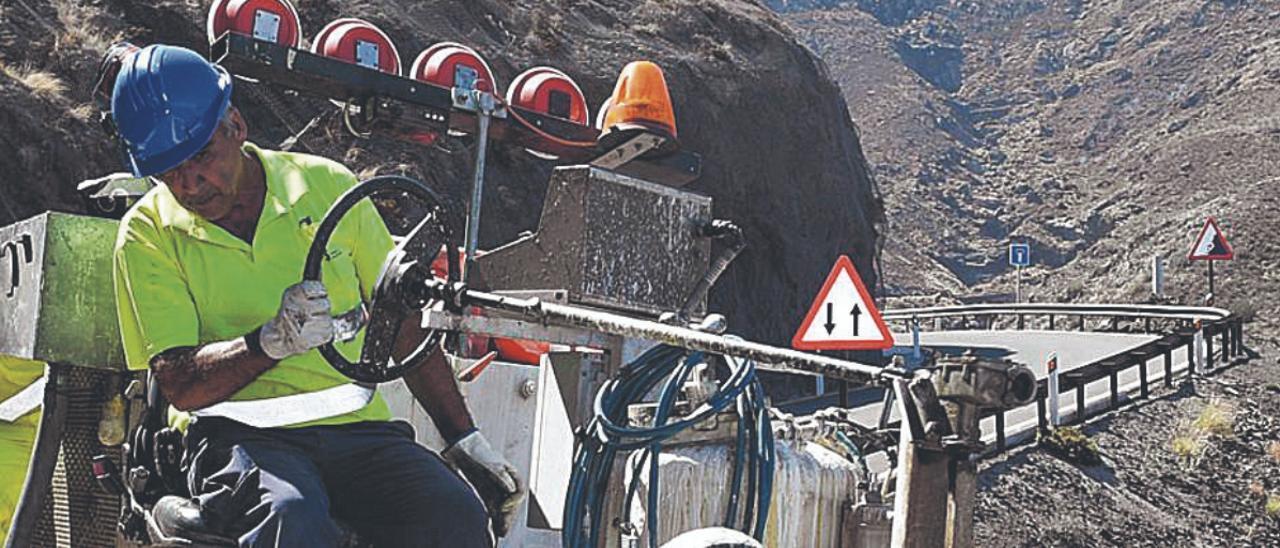 Un operario en las obras de construcción de una carretera en las Islas