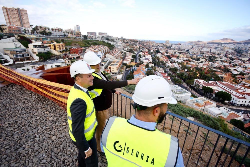 El alcalde visita las obras del mirador de Altavista