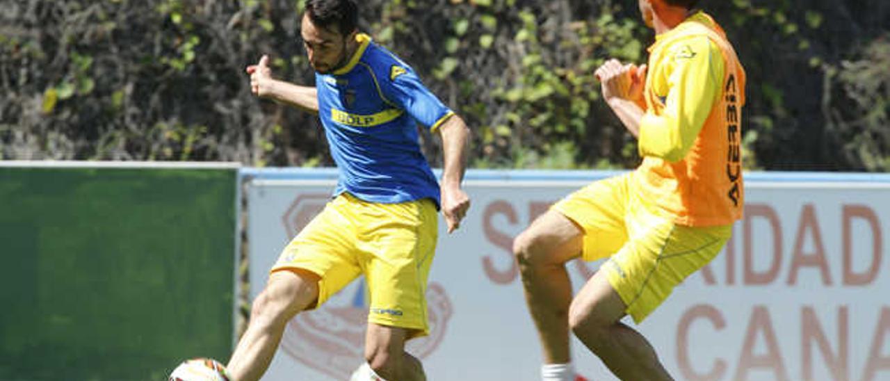 Guzmán centra en un entrenamiento de esta semana.