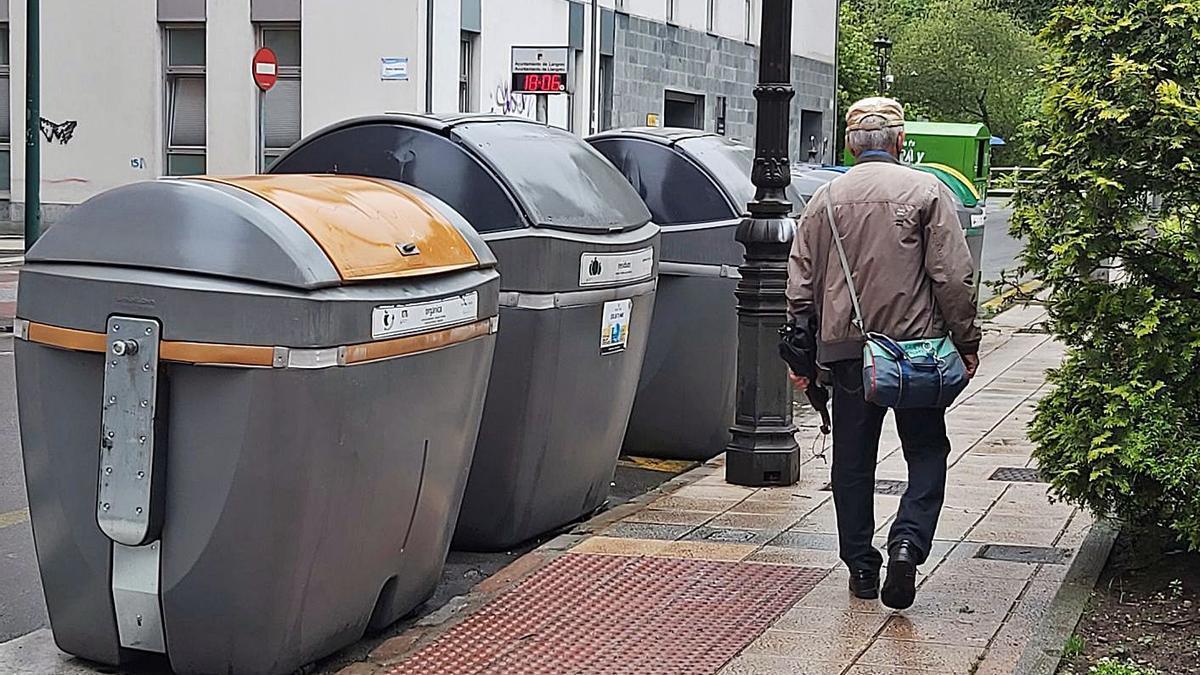 El contenedor de residuos orgánicos instalado junto a otros depósitos en la calle Soto Torres de Sama. | LNE