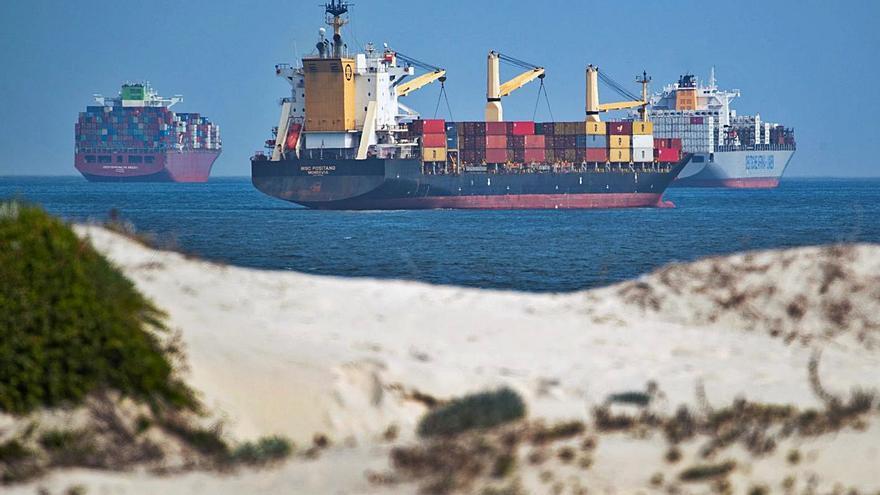 El Puerto de València traslada contenedores vacíos para evitar el 'efecto Suez'
