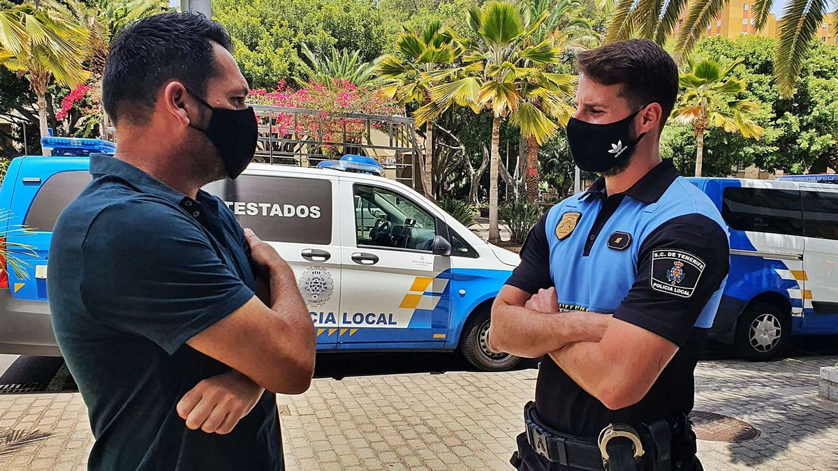 Jesús y David en el encuentro que tuvieron recientemente en la sede de la Policía Local de Santa Cruz.