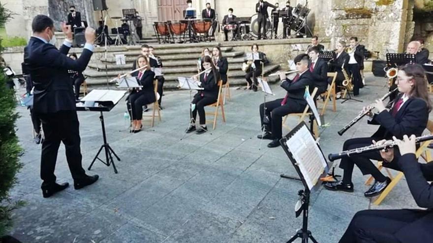 El titular de la Maestro Lupi intercambia batutas y dirige a la Banda de Xinzo de Limia
