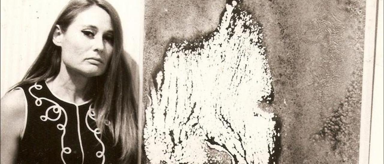 Yolanda Graziani, junto a una de sus obras en el Club Náutico de Gran Canaria en 1969. | |