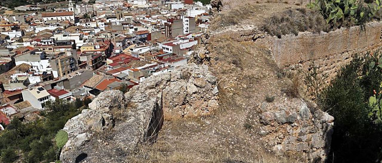 Ruinas del castillo con el pueblo de Corbera a sus pies. | V. M. PASTOR