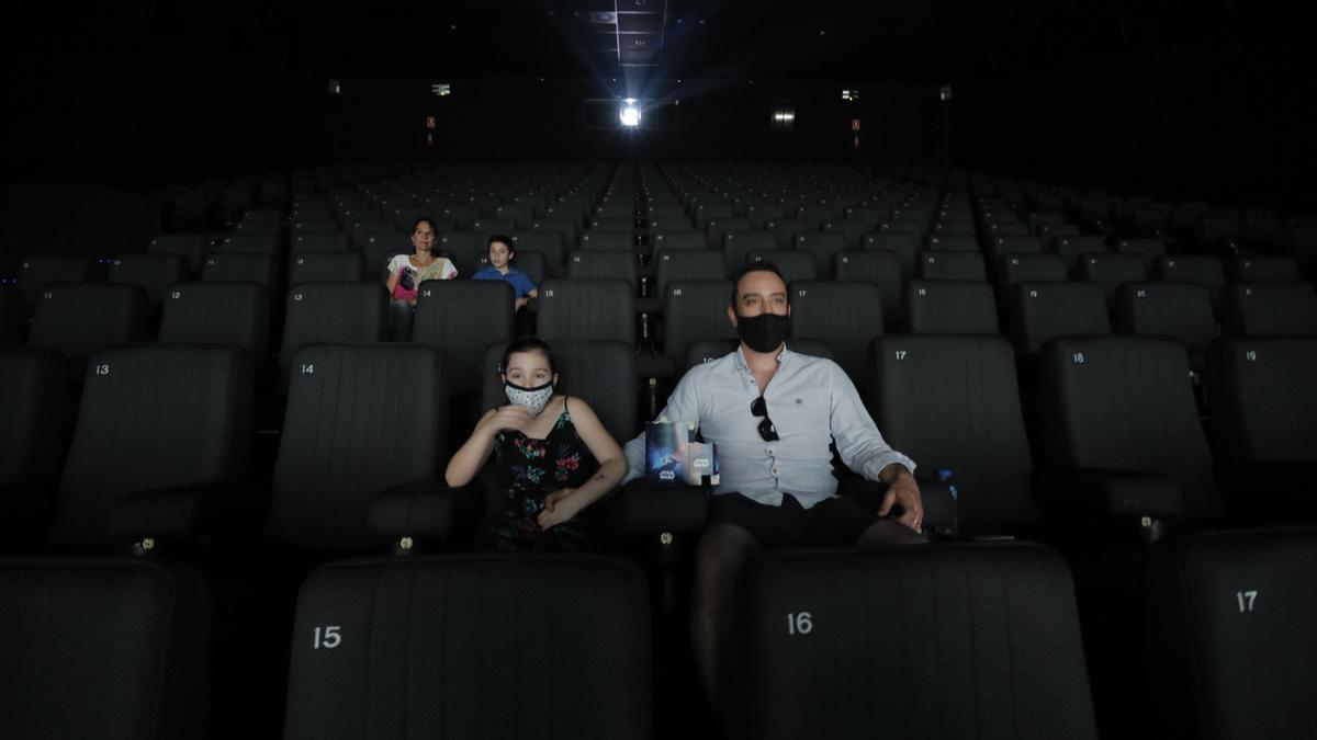Espectadores en una sala valenciana al inicio de la pandemia.