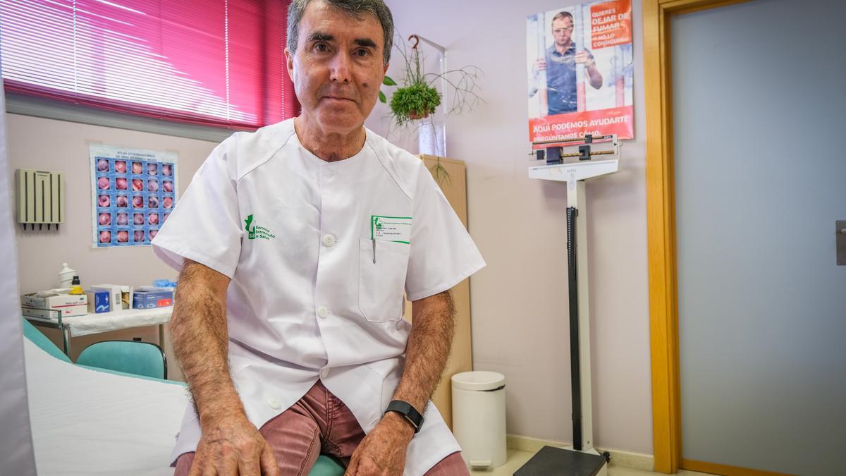 Emilio Salguero, en su consulta del centro de salud de Valdepasillas, en Badajoz.