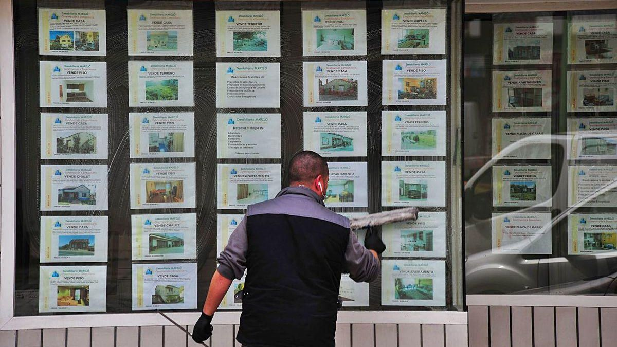 Escaparate de inmobiliaria con ofertas de viviendas.