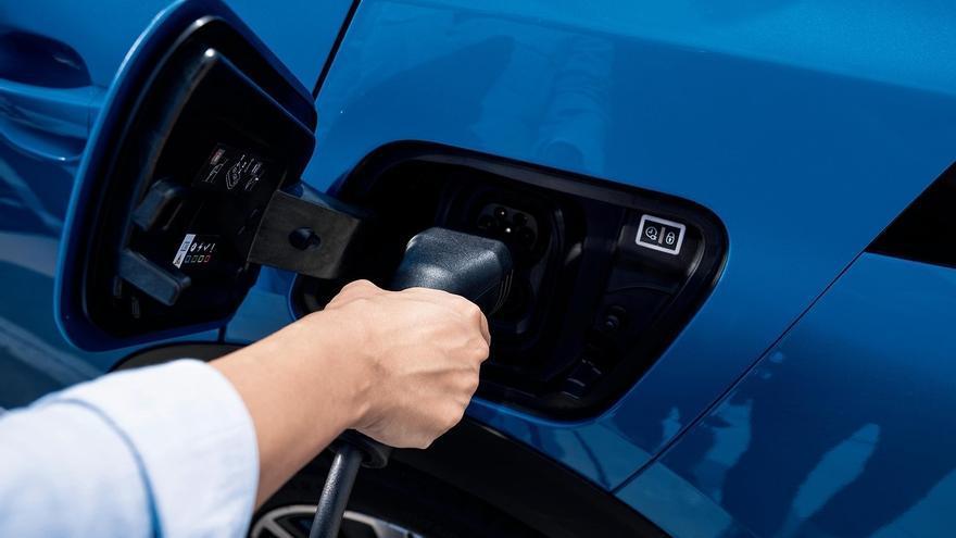 Si vas a comprar un coche eléctrico enchufable, puedes pedir estas ayudas