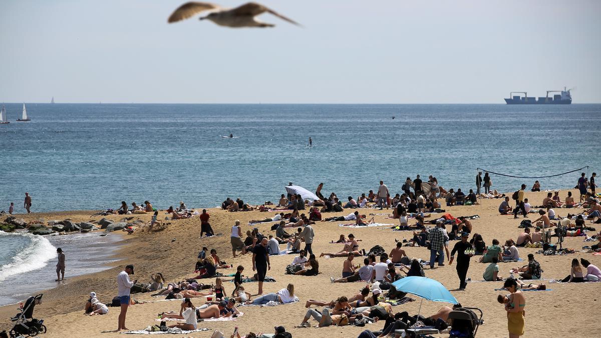 Gente en la playa de Barcelona.