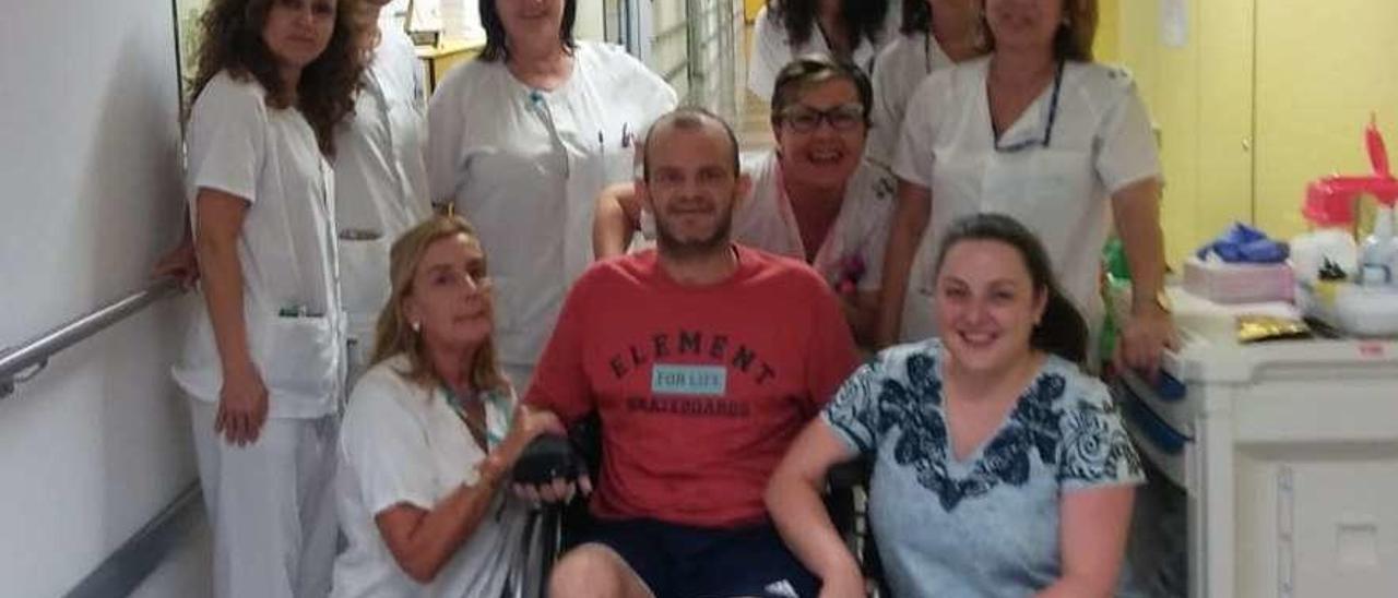 Iñaki Blanco y su novia, Belén Noval, junto a las enfermeras del HUCA, el día que recibió el alta médica.