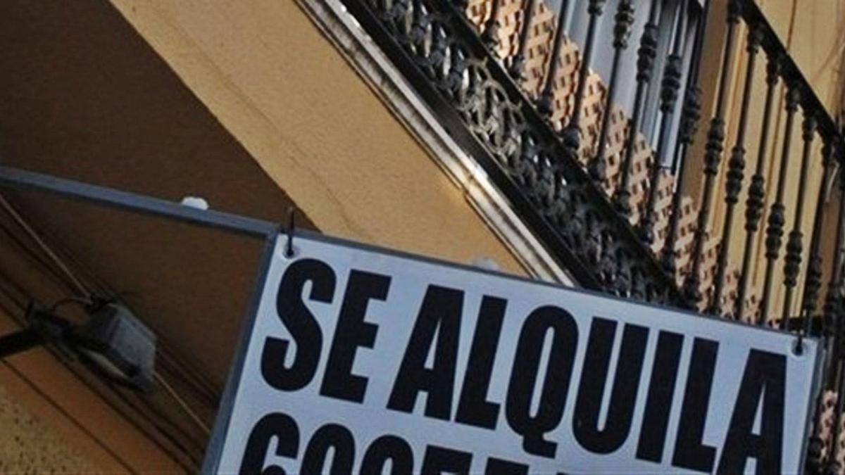 Cartel de 'Se Alquila' en una calle de la capital.  | L.O.