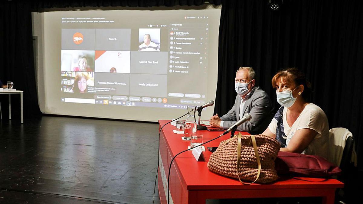 Aurelio Martín y Dolores Patón, durante el Consejo de Distritos. | Juan Plaza