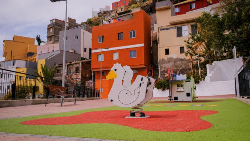 El Ayuntamiento de Santa Cruz instala una nueva área infantil en La Llavita