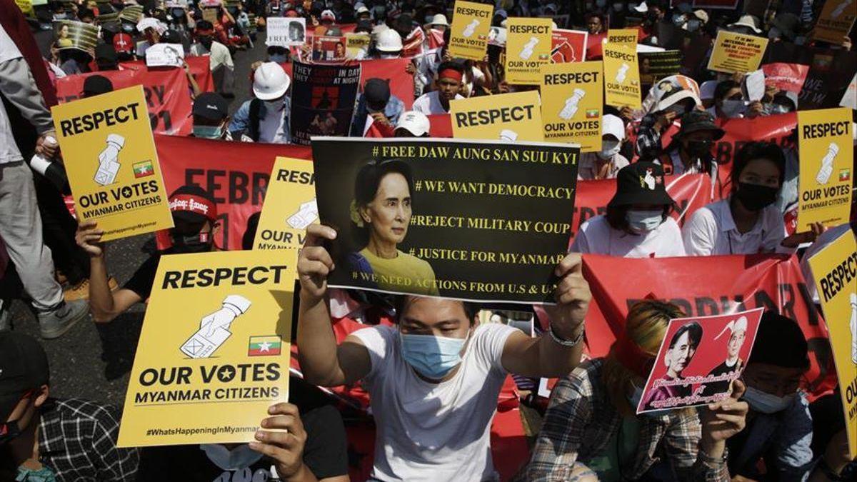 Suu Kyi comparece ante la justicia militar un día antes de lo previsto sin preaviso y sin su abogado