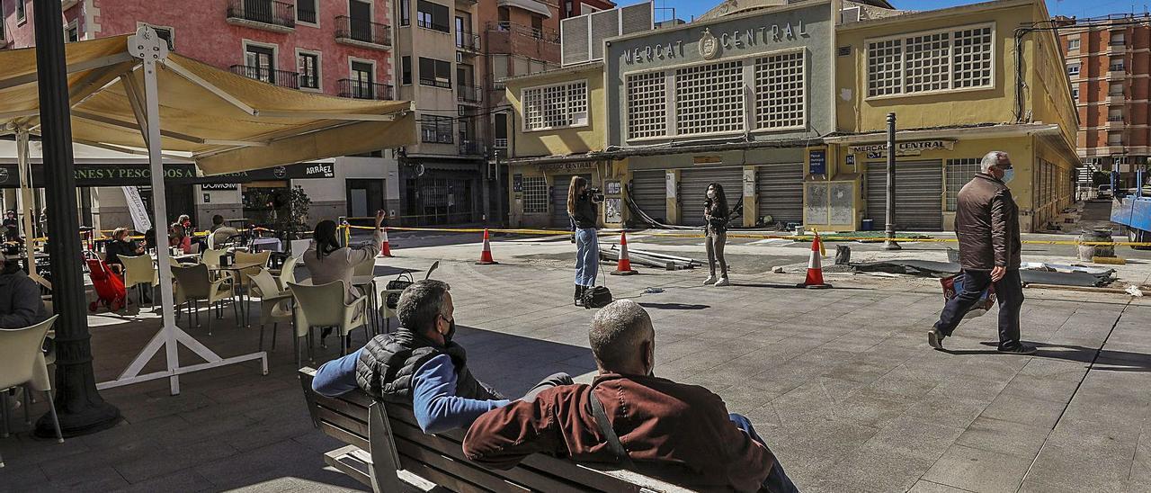 La plaza de las Flores lució ayer sin el vallado metálico que se había instalado para proteger las excavaciones en el Mercado.