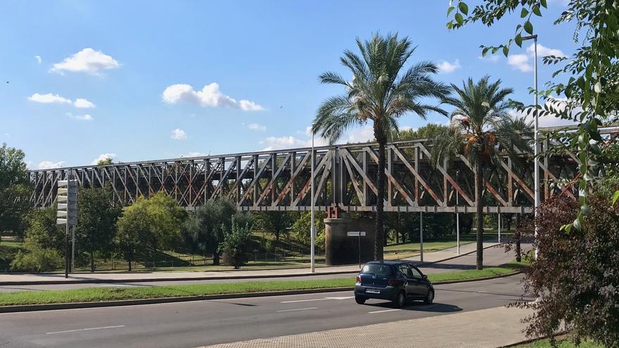 Adif destinará unos 8 millones en reforzar el puente de hierro de Mérida