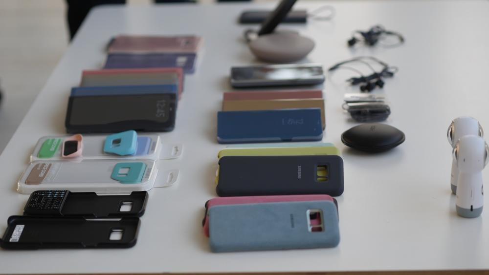 Diferentes accesorios del Samsung Galaxy S8.