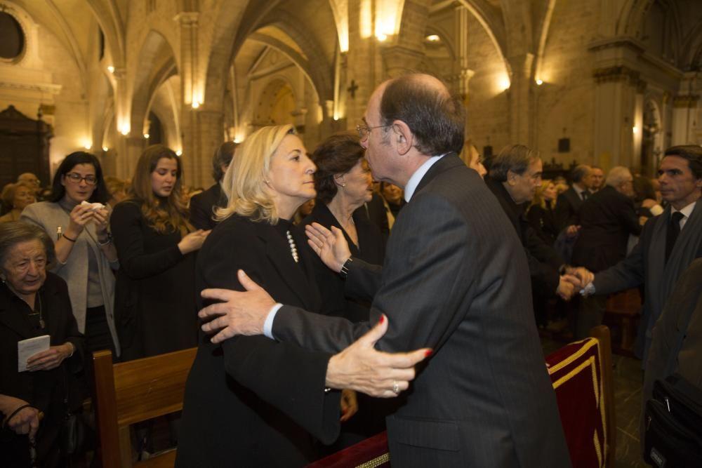 Pío García Escudero da el pésame a la familia.