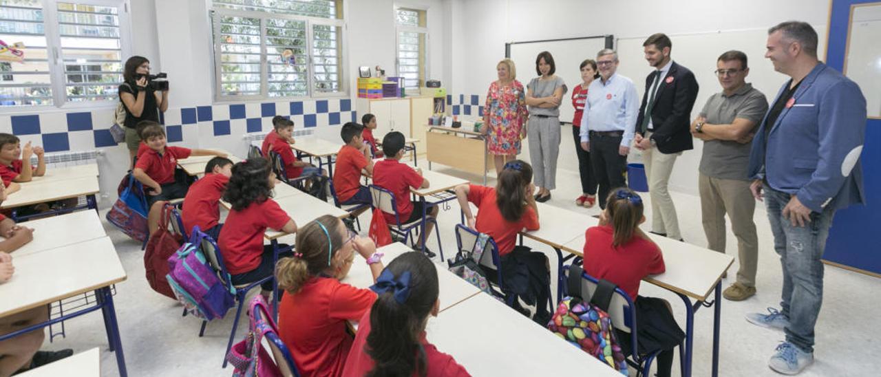 Diana Morant, Josep Alandete y el resto de concejales, en una de las aulas del nuevo Cervantes, ayer.