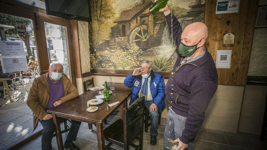 """Los hosteleros asturianos claman contra el cierre del interior de los bares: """"Rezaremos para que no llueva"""""""