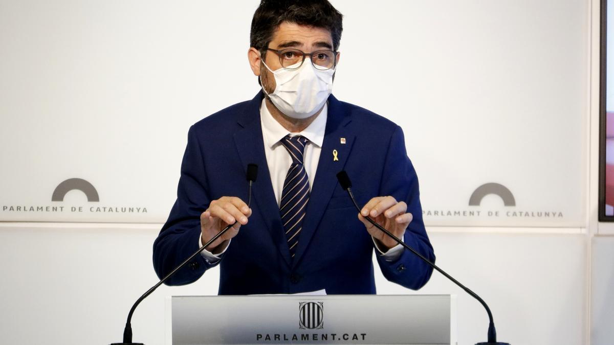 Pla mitjà del vicepresident del Govern, Jordi Puigneró, a la sala de premsa del Parlament