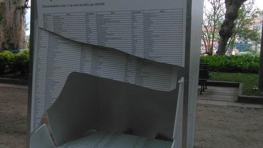 Destrozos en una exposición en Santiago en memoria de refugiados y migrantes