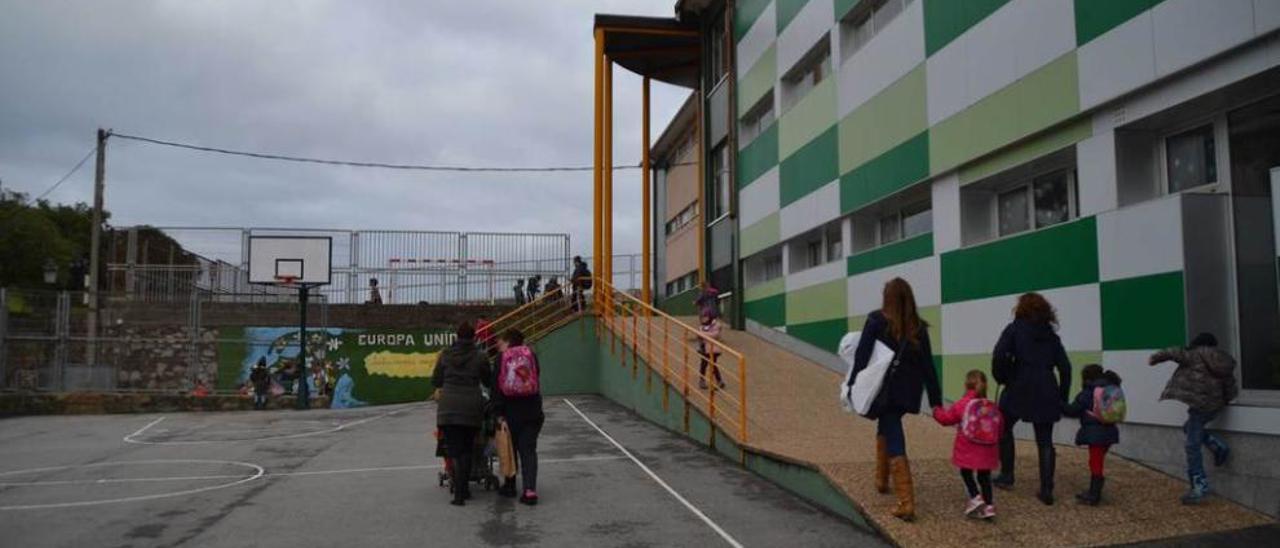 Varios alumnos salen de clase en el colegio Manuel Fernández Juncos.