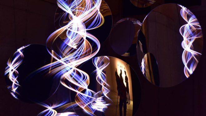 La escultura lumínica Dancing Wave, de Paul Friedlander