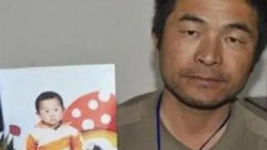 Un hombre se reencuentra con su hijo desaparecido hace 24 años en China