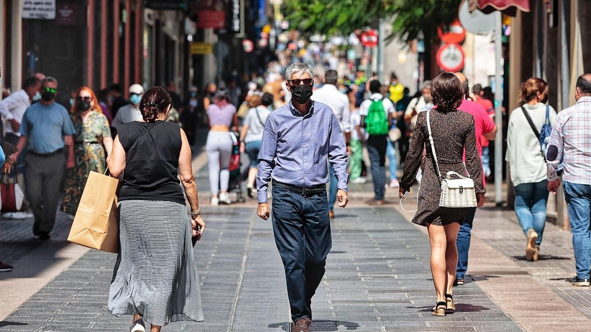 Un hombre pasea por la calle del Castillo.