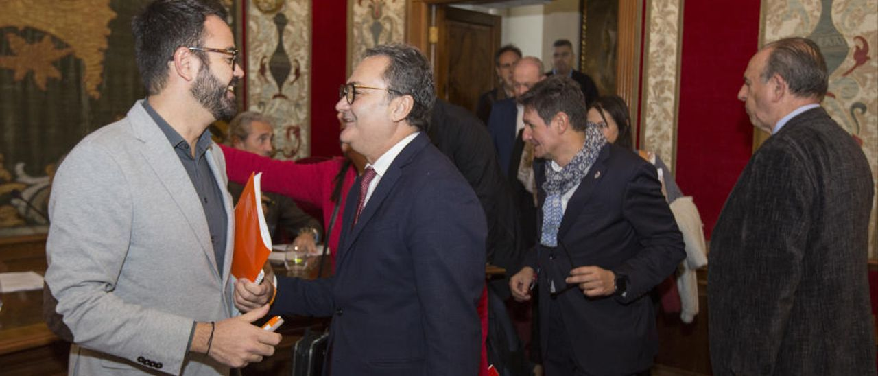 Francesc Sanguino (PSOE), a la derecha, conversa con Adrián Santos Pérez (Ciudadanos).