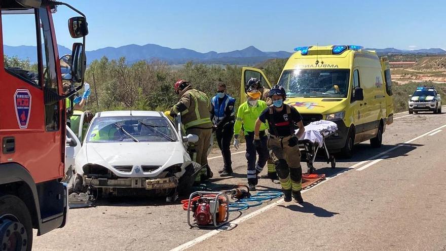 Herido grave un conductor tras salirse de la carretera y quedar atrapado en su coche