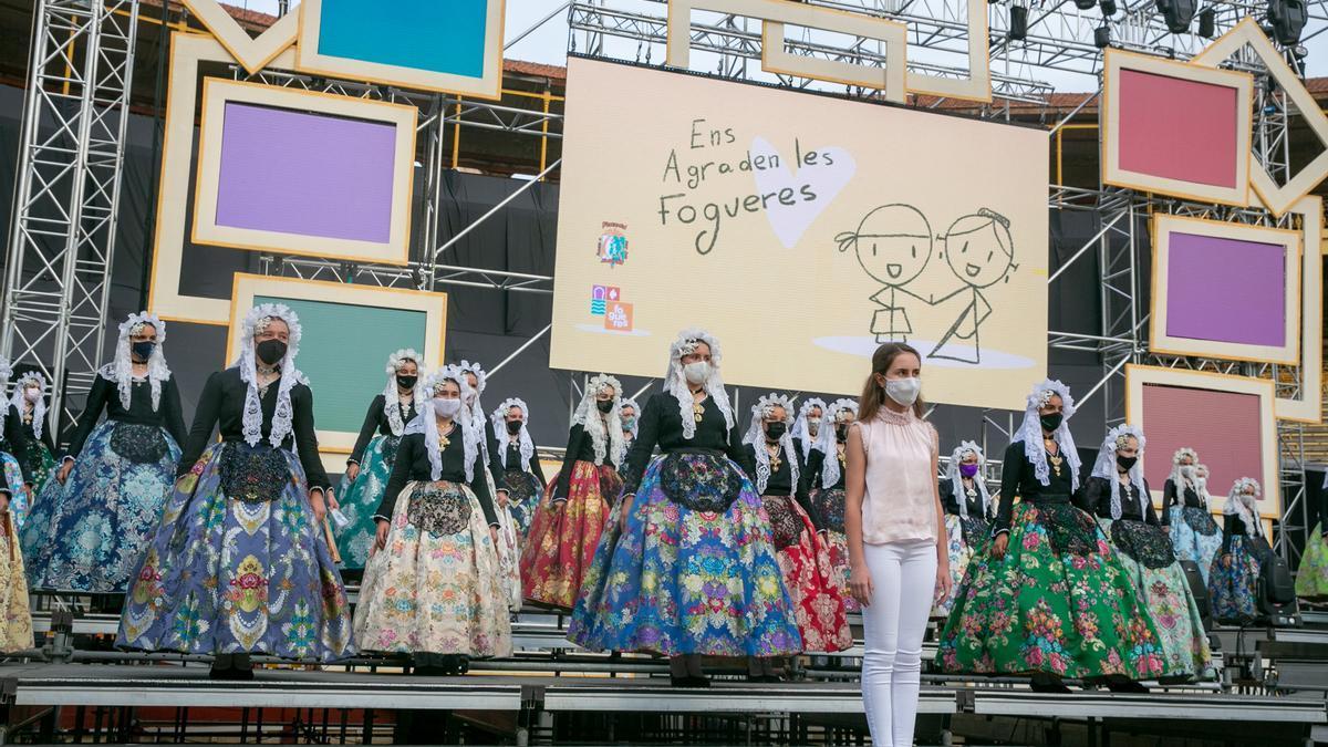 El artista Federico Molinero instala el decorado para el festival de elección de la Bellea del Foc