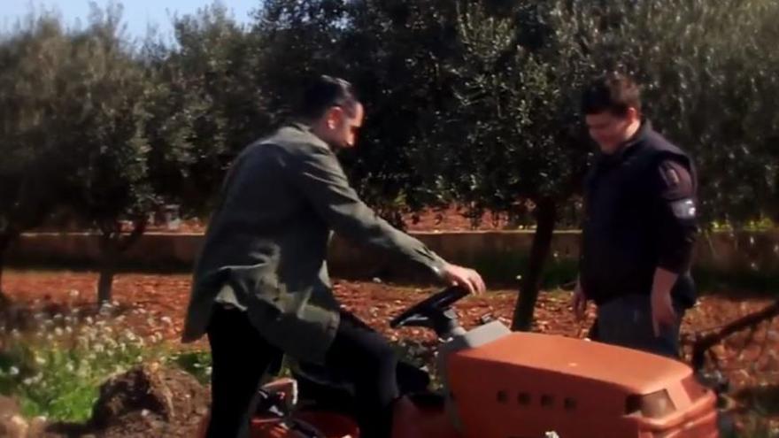 Miquel Montoro enseña a Dani Mateo a conducir su tractor
